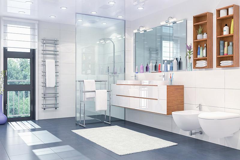 Ein helles, fertiges, offenes Bad mit Dusche, Waschbecken und Toilette